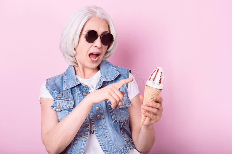 Boca superior relaxado da abertura da mulher e apontar no gelado fotografia de stock royalty free