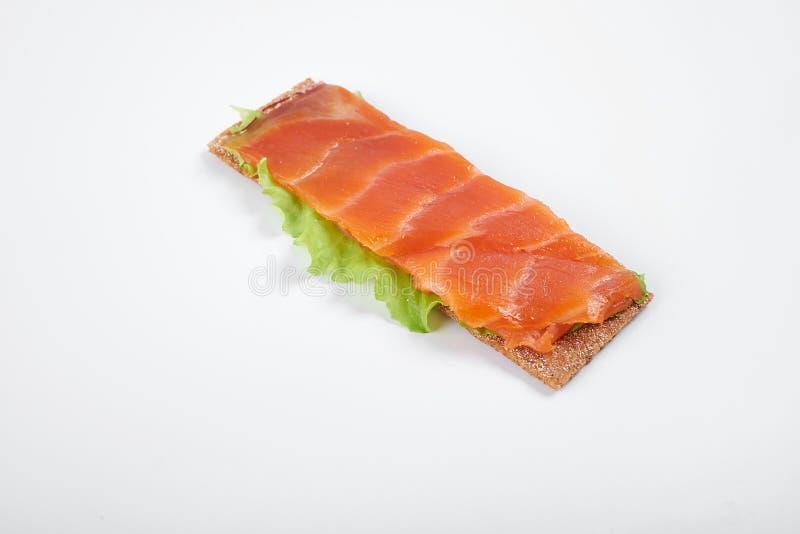 Bocadillo abierto calórico bajo con los pescados rojos Aislado en el fondo blanco imagen de archivo libre de regalías