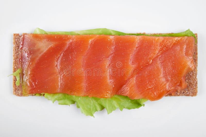 Bocadillo abierto calórico bajo con los pescados rojos Aislado en el fondo blanco imagenes de archivo