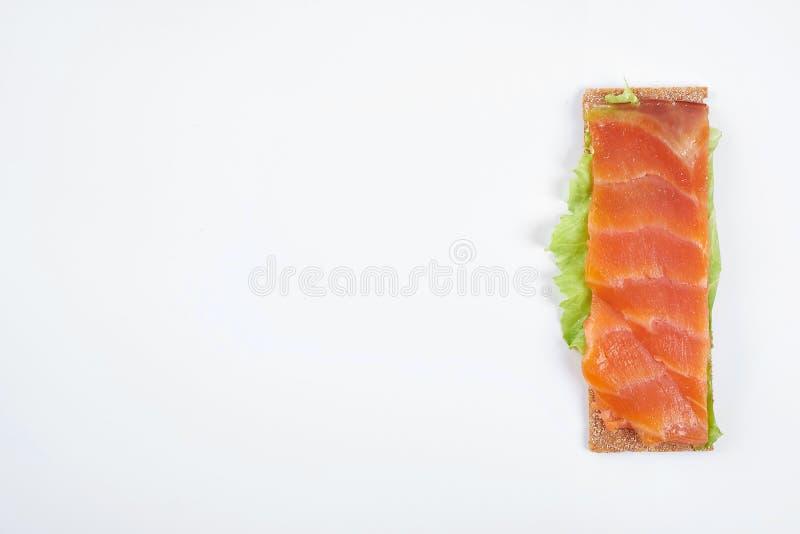 Bocadillo abierto calórico bajo con los pescados rojos Aislado en el fondo blanco imágenes de archivo libres de regalías