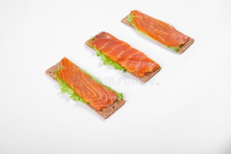 Bocadillo abierto calórico bajo con los pescados rojos Aislado en el fondo blanco fotos de archivo