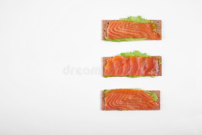 Bocadillo abierto calórico bajo con los pescados rojos Aislado en el fondo blanco fotografía de archivo libre de regalías