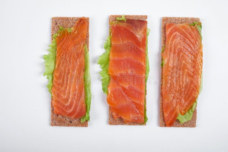Bocadillo abierto calórico bajo con los pescados rojos Aislado en el fondo blanco imagen de archivo
