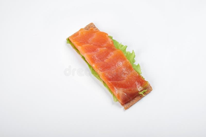 Bocadillo abierto calórico bajo con los salmones En el fondo blanco fotografía de archivo
