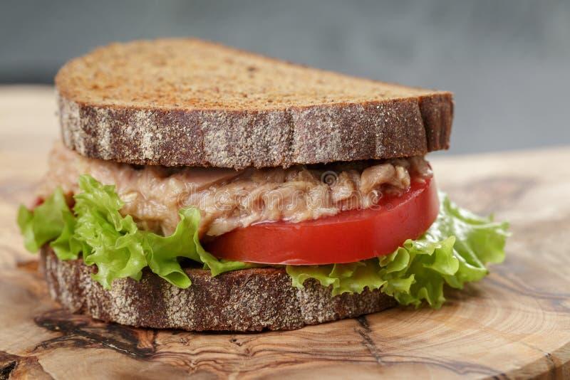 Bocadillo con el atún y las verduras en el pan de centeno imagen de archivo
