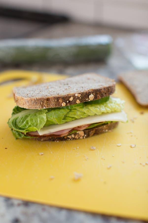 Bocadillo con el jamón, el queso, el cucmber y la lechuga foto de archivo libre de regalías