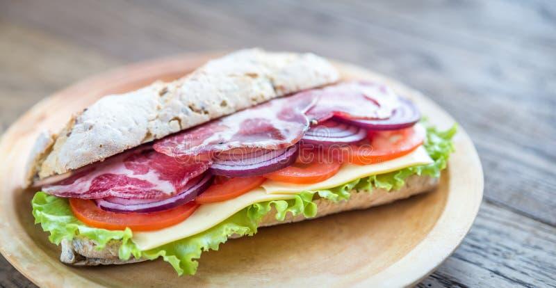 Bocadillo con el jamón, el queso y verduras frescas fotografía de archivo