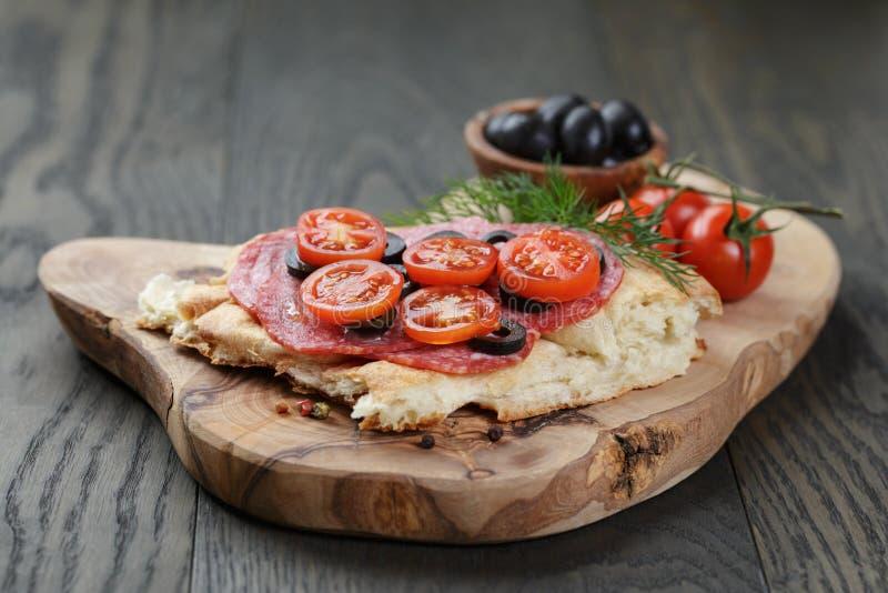 Bocadillo con el salami y las verduras del pan Pita encendido fotos de archivo