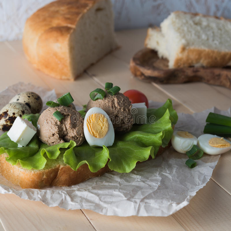 Bocadillo con goma del hígado y de las verduras de pollo imagen de archivo libre de regalías