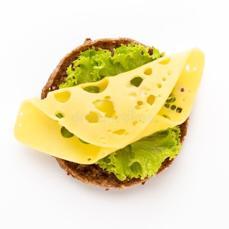 Bocadillo con la lechuga, queso en el fondo blanco fotos de archivo