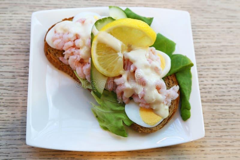 Bocadillo con los camarones y el huevo en Islandia foto de archivo libre de regalías