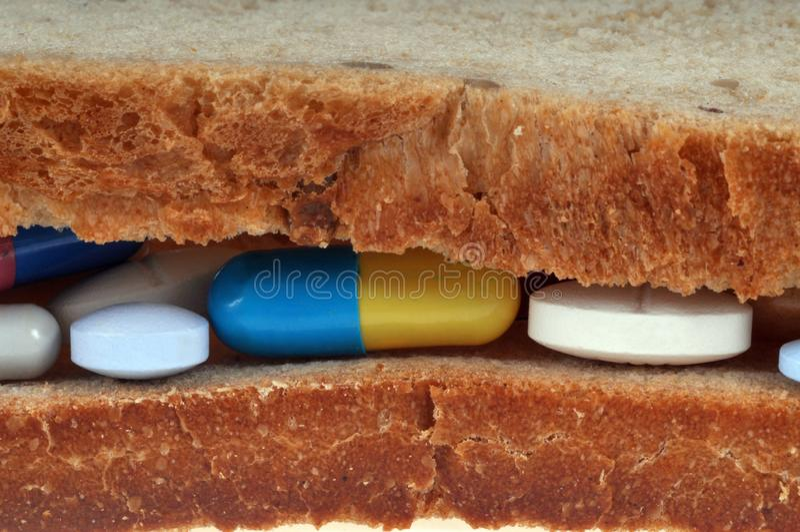 Bocadillo con suplementos dietéticos en primer imagen de archivo libre de regalías