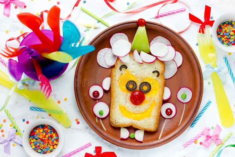 Bocadillo de la cara del payaso de la idea del desayuno del cumpleaños imagenes de archivo