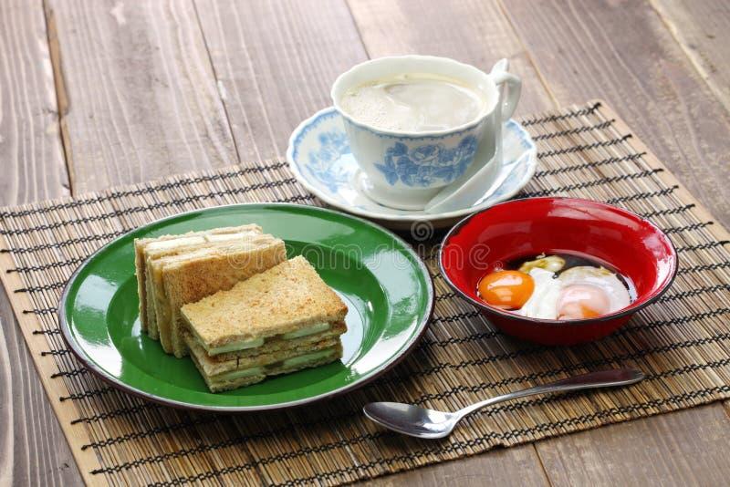 Bocadillo de la tostada del atasco de Kaya con una taza de café con leche foto de archivo libre de regalías