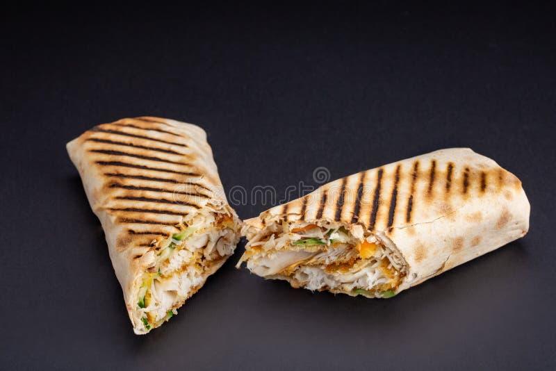 Bocadillo de Shawarma - rollo fresco del lavash fino o pan Pita llenado de la carne asada a la parrilla, setas, queso, col, zanah foto de archivo libre de regalías