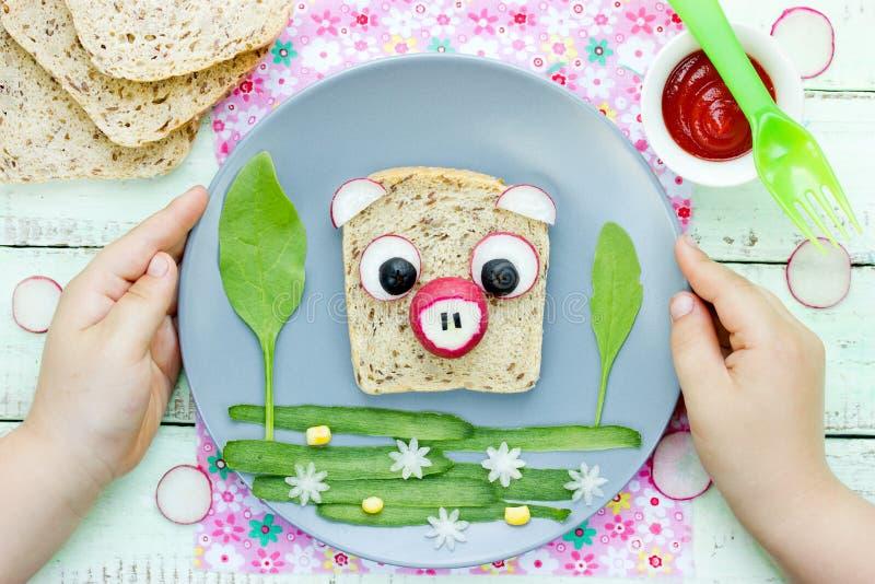 Bocadillo del cerdo - la idea creativa para los niños almuerza, bocadillo del animal de la diversión imagenes de archivo