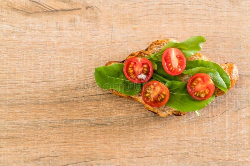 bocadillo del cruasán de los tomates imagen de archivo libre de regalías