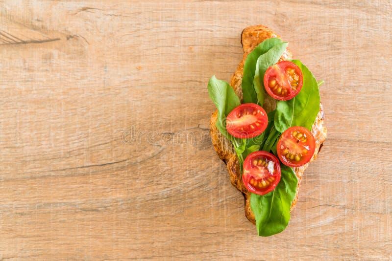 bocadillo del cruasán de los tomates foto de archivo libre de regalías