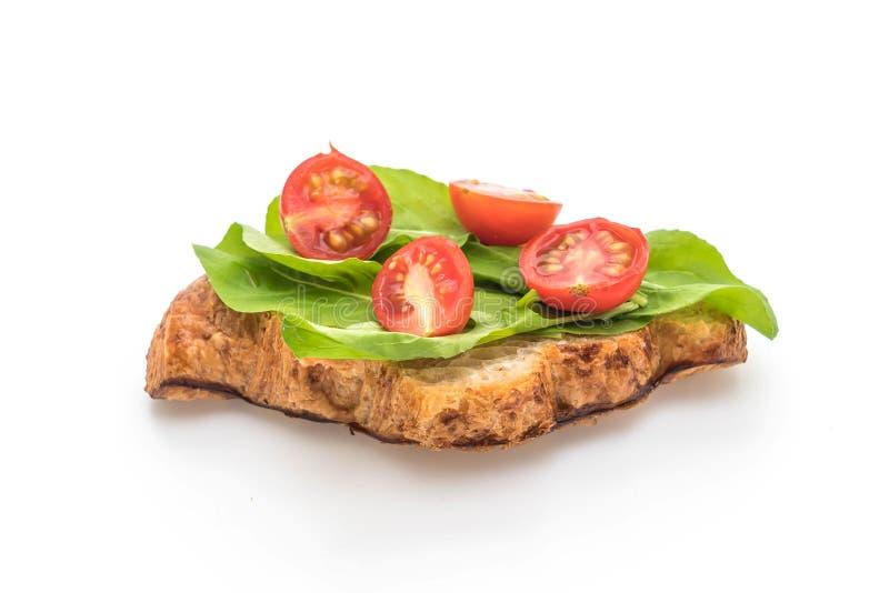 bocadillo del cruasán de los tomates - sano o estilo de la comida del vegano fotografía de archivo libre de regalías