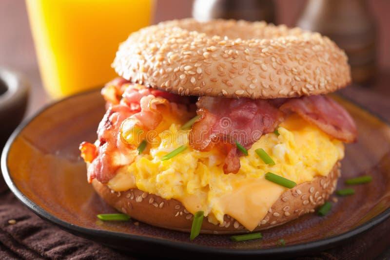 Bocadillo del desayuno en el panecillo con queso del tocino del huevo fotografía de archivo