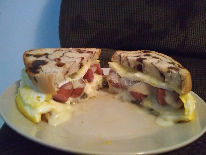 Bocadillo del desayuno - halfcut- calentado fotografía de archivo libre de regalías