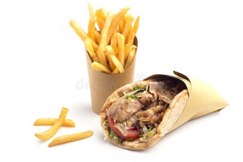 Bocadillo del kebab con las patatas fritas imagenes de archivo