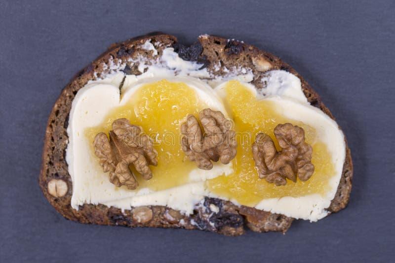 Bocadillo del pan ácimo con la mantequilla, el queso, la miel y las nueces, cierre para arriba fotos de archivo libres de regalías