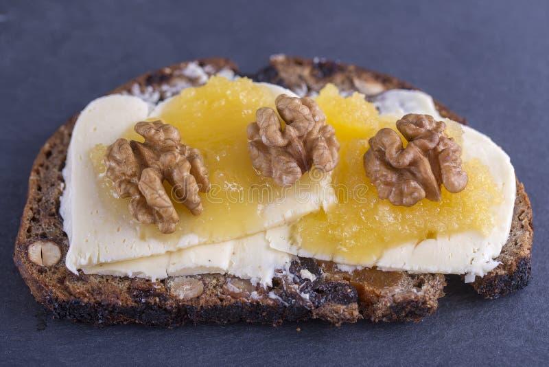 Bocadillo del pan ácimo con mantequilla, queso, miel y nueces foto de archivo libre de regalías