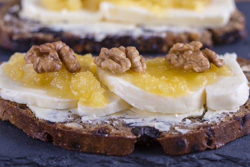 Bocadillo del pan ácimo con mantequilla, queso, miel y nueces fotografía de archivo libre de regalías