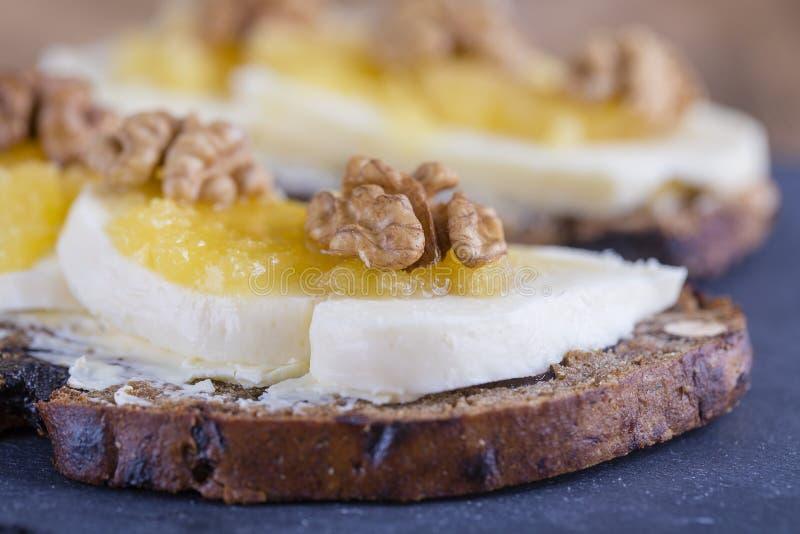 Bocadillo del pan ácimo con mantequilla, queso, miel y nueces imágenes de archivo libres de regalías