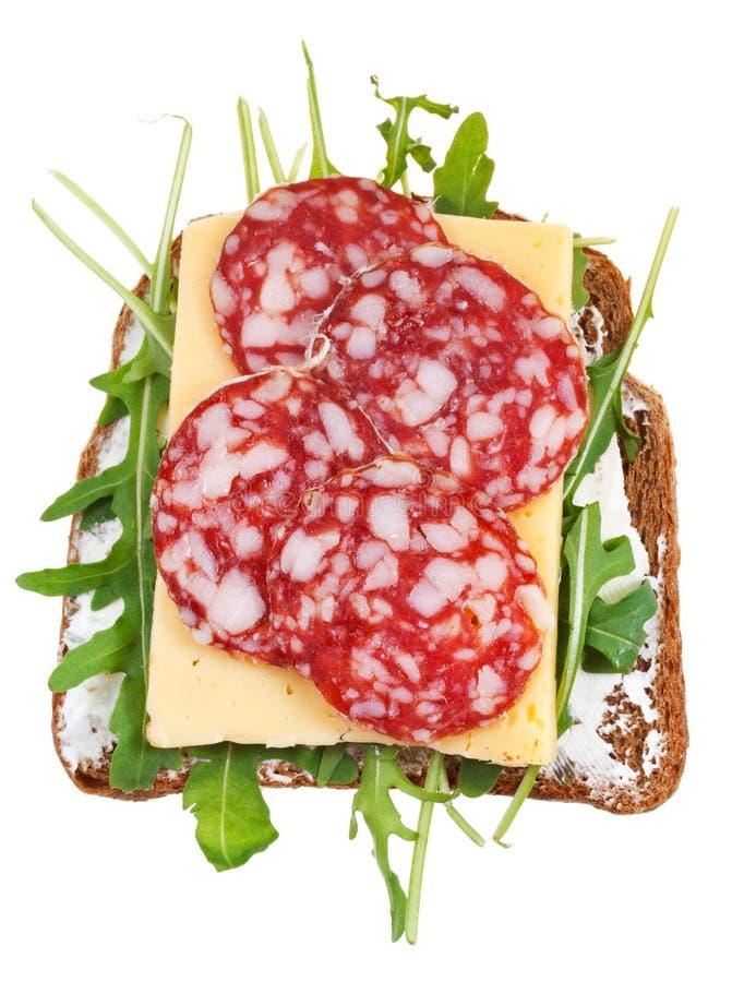 Bocadillo del pan, salami, queso, rucola fresco imagen de archivo