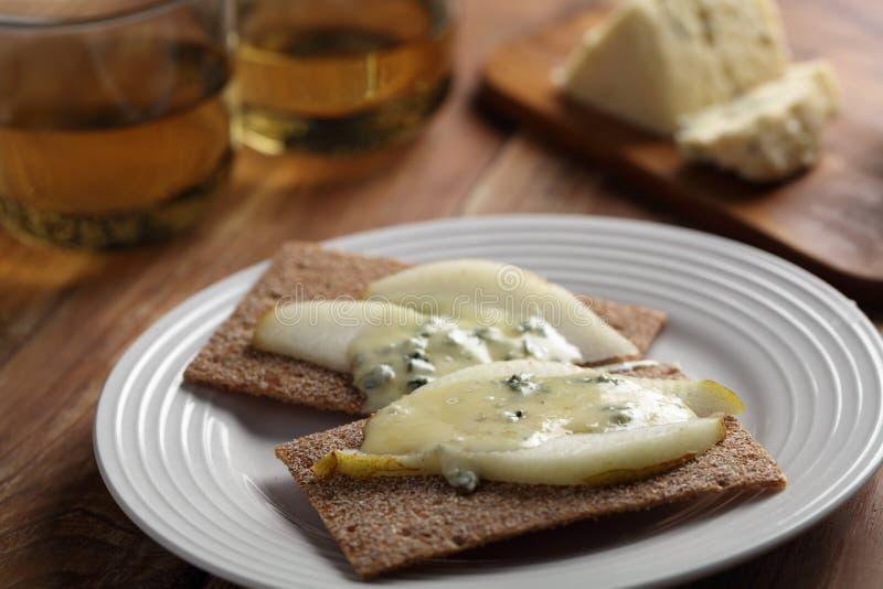 Bocadillo del queso verde y de la pera fotografía de archivo