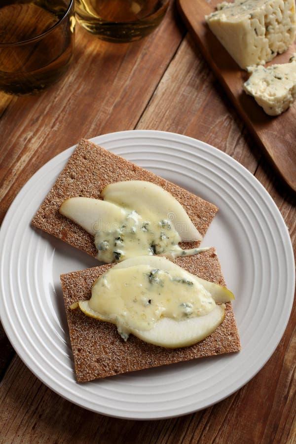 Bocadillo del queso verde y de la pera imagen de archivo libre de regalías