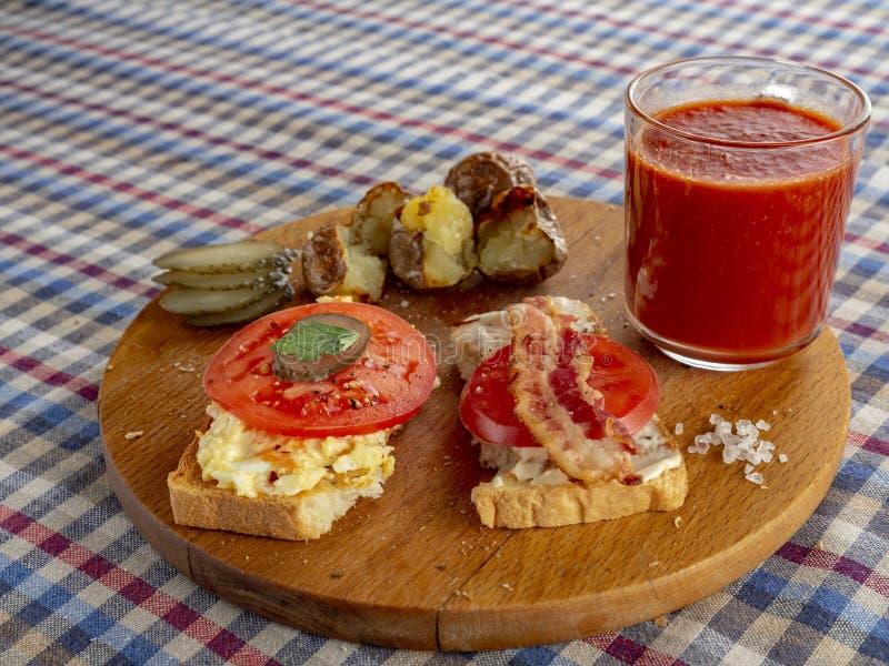 Bocadillo del tocino, tomate frito y jugo de tomate fotos de archivo libres de regalías