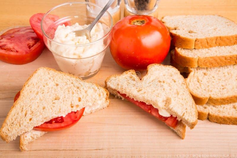 Bocadillo del tomate con la preparación fotos de archivo libres de regalías