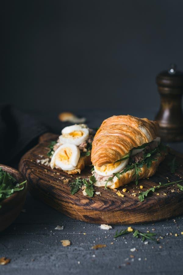 Bocadillo delicioso del cruasán con la ensalada de atún fotografía de archivo libre de regalías
