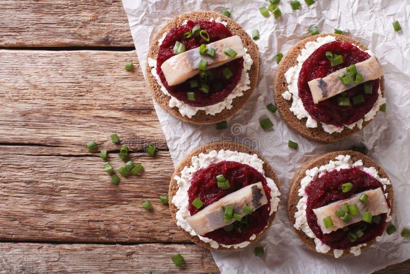 Bocadillo escandinavo con los arenques, las remolachas y queso cremoso H fotografía de archivo libre de regalías