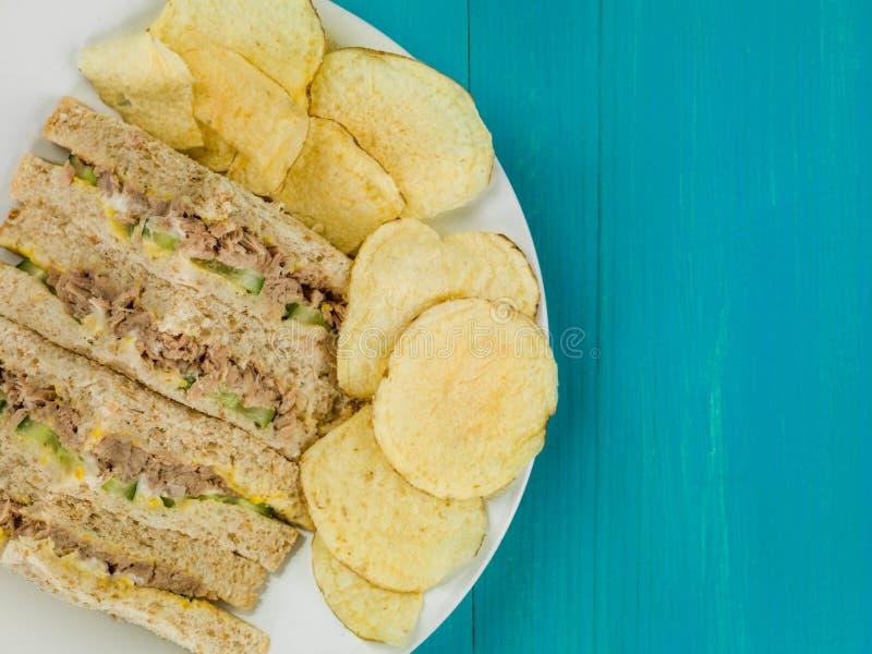 Bocadillo fresco del pan de la harina de avena de Tuna Sweetcorn y del pepino con la patata C foto de archivo