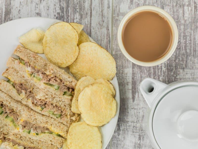 Bocadillo fresco del pan de la harina de avena de Tuna Sweetcorn y del pepino con la patata C imagen de archivo libre de regalías