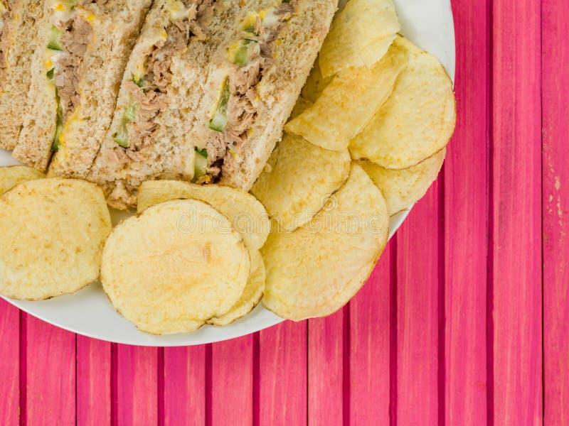 Bocadillo fresco hecho en casa del pan de la harina de avena de Tuna Sweetcorn y del pepino con la patata C imagen de archivo libre de regalías