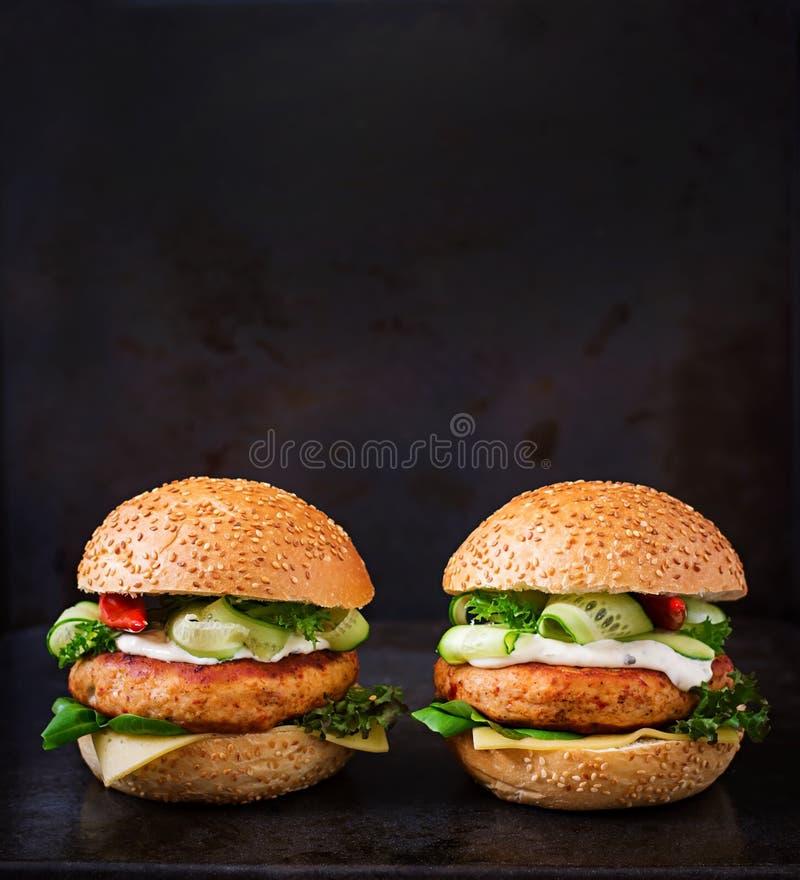 Bocadillo grande - hamburguesa con la hamburguesa jugosa del pollo fotografía de archivo