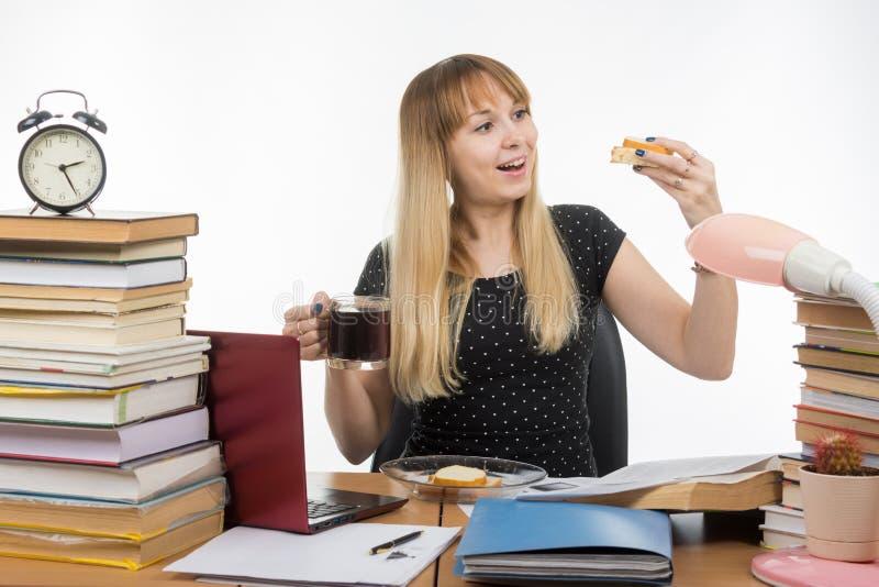 Bocadillo muy feliz hambriento del profesor con café imagen de archivo libre de regalías