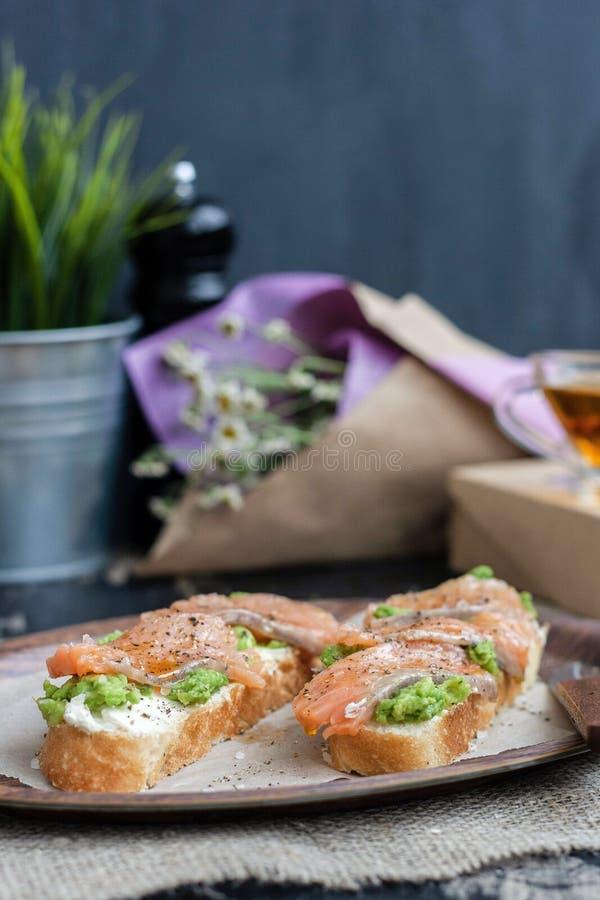 Bocadillo rojo de los pescados con el queso y el aguacate blancos foto de archivo libre de regalías
