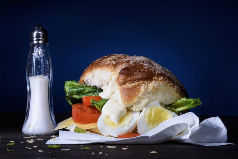 Bocadillo sano con el huevo y las verduras hervidos para el desayuno fotografía de archivo