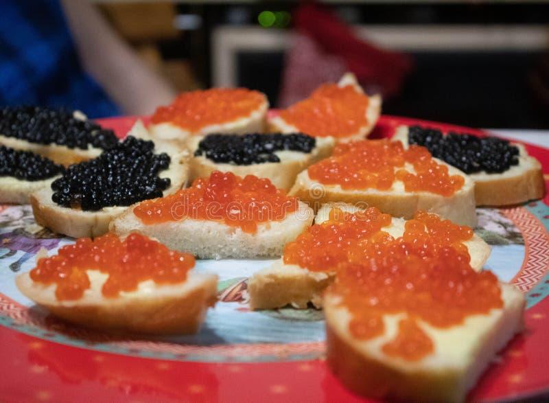 Bocadillos con el caviar rojo foto de archivo libre de regalías