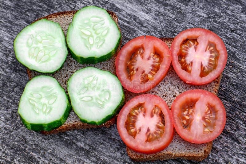 Bocadillos con el tomate y el pepino fotografía de archivo libre de regalías