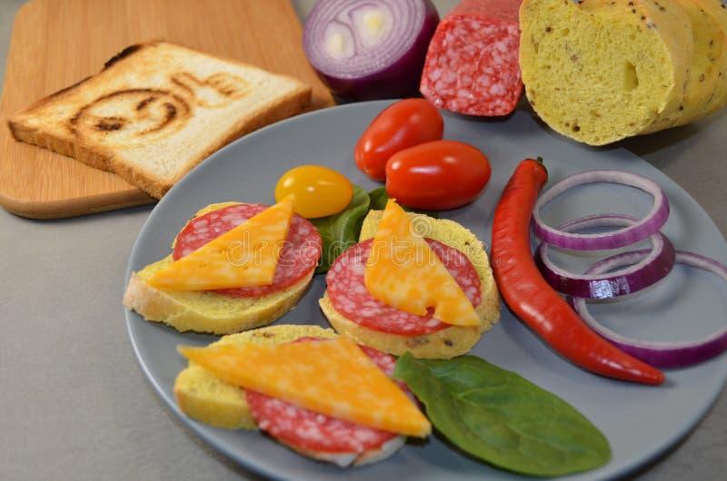 Bocadillos con la salchicha y el queso foto de archivo libre de regalías
