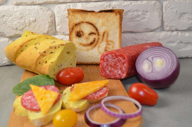 Bocadillos con la salchicha y el queso fotos de archivo