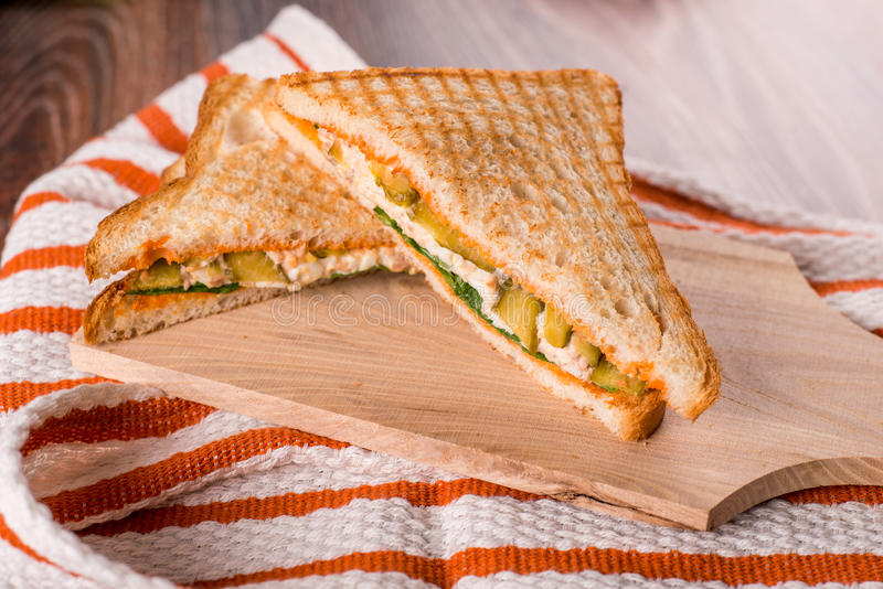 Bocadillos con las verduras frescas y el queso en la placa foto de archivo libre de regalías