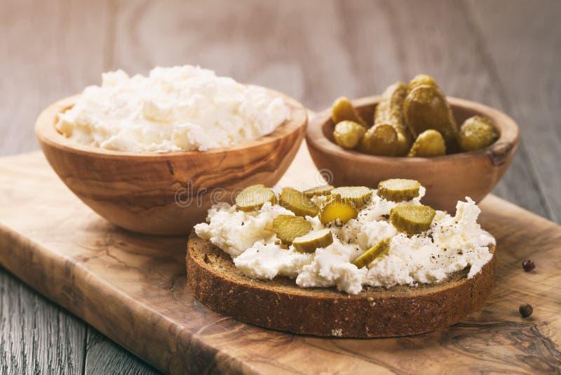 Bocadillos con pan de centeno, queso cremoso y pepinos adobados fotografía de archivo libre de regalías
